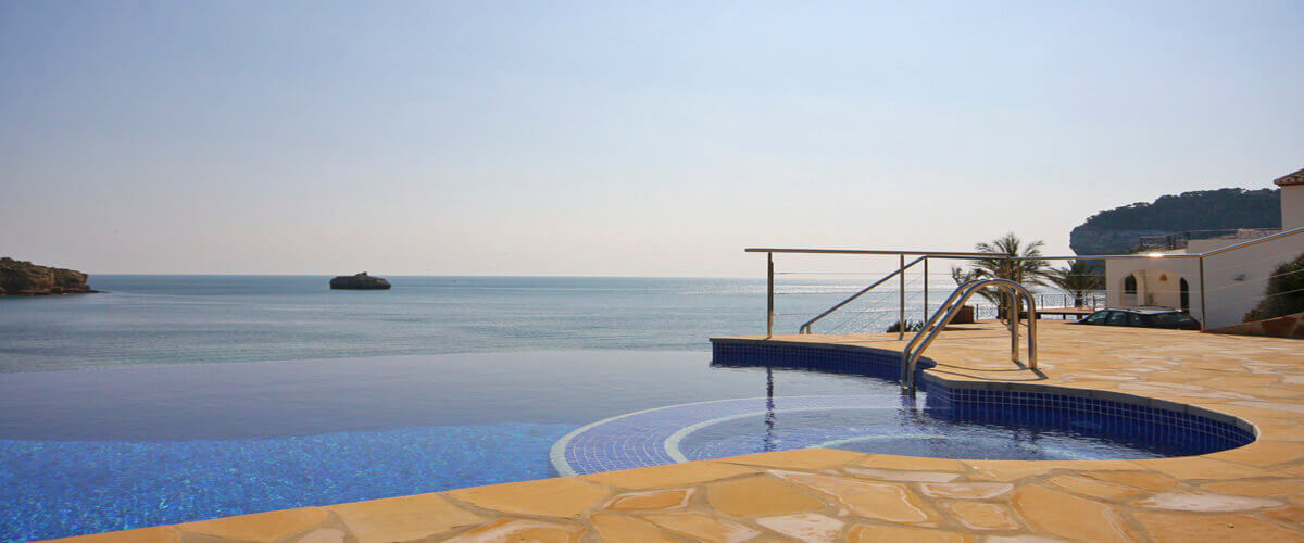 We offer villas on the beach in Javea with private pool
