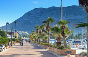 Wandelen over de boulevard La Marina in Denia